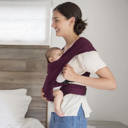 Ergobaby® Mehka nosilka za novorojenčka Embrace Burgundy Red