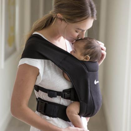 Ergobaby® Mehka nosilka za novorojenčka Embrace Black