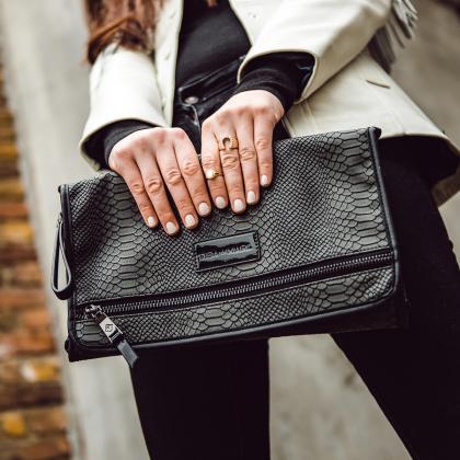 Tiba+Marl® Prenosna previjalna podloga Etta Faux Black Snake