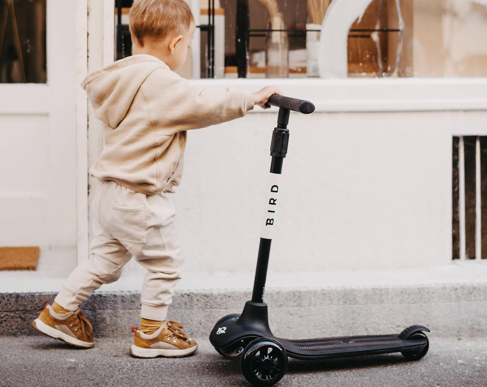 Aktivna igra na prostem Vedno več staršev pri nakupu igrač skrbno preveri kakovost materialov in ustrezne varnostne certifikate. Za nakup se še raje odločijo, če igrače otroku omogočajo razvoj različnih spretnosti.
